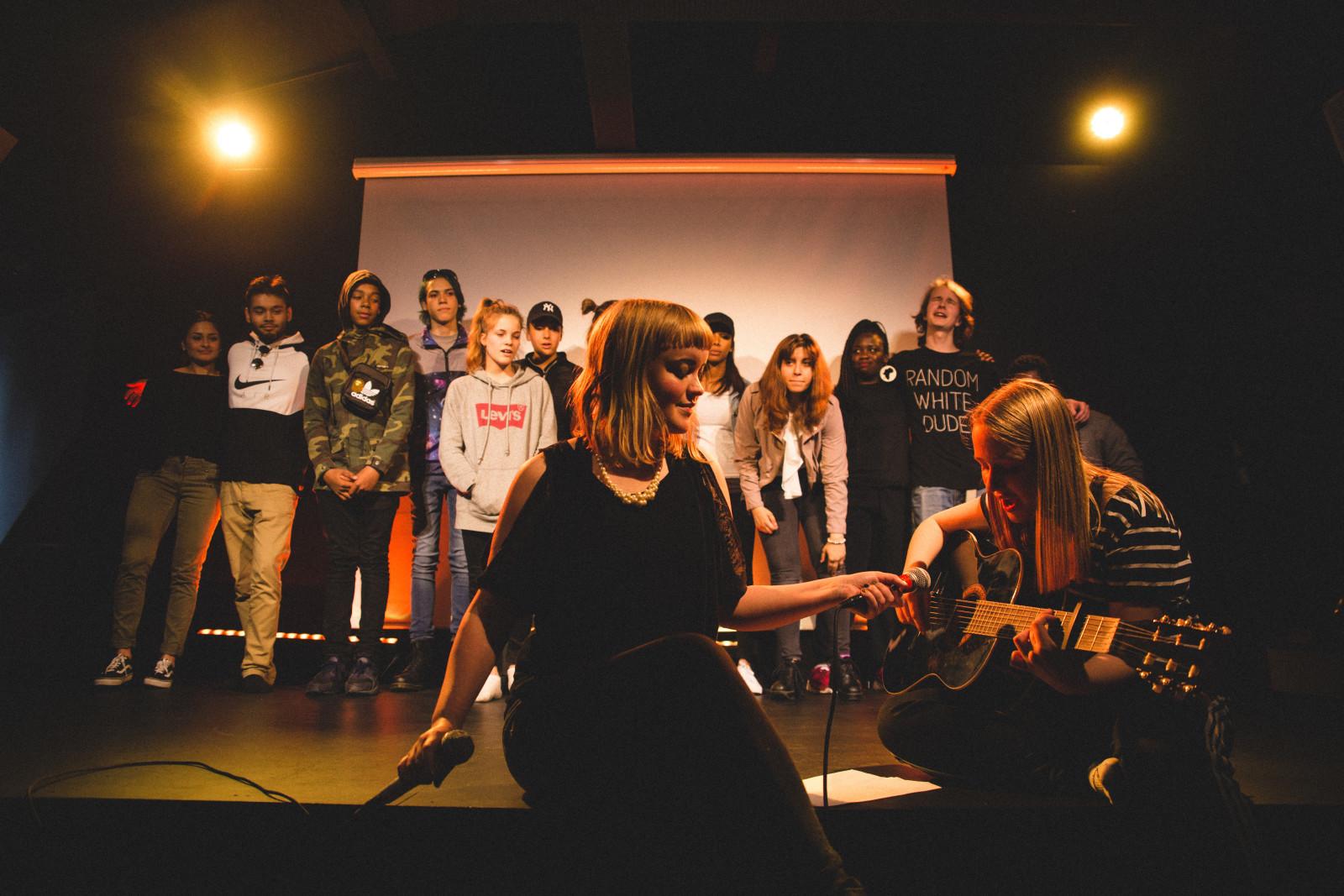 Fra Agenda X-revyen i 2017: Godt & blandet. Regine Folkmann Rossnes i forgrunnen f.v. Foto: Samir Madad